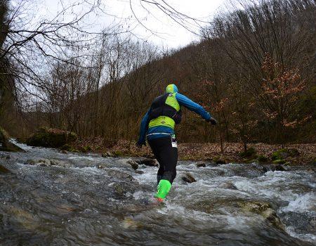 Alergare montana in Padurea Craiului traversare vale Traseul Misidului
