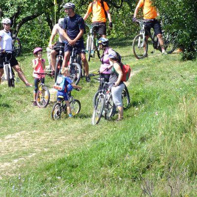 Padurea Craiului cicloturism copii pe bicicleta
