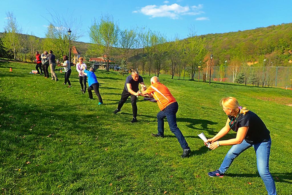 Padurea Craiului teambuilding munca de echipa